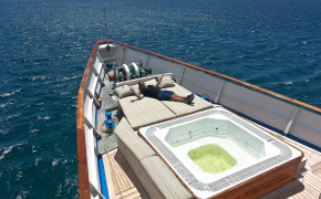 MY Grace Yacht with Quasar Expeditions.
