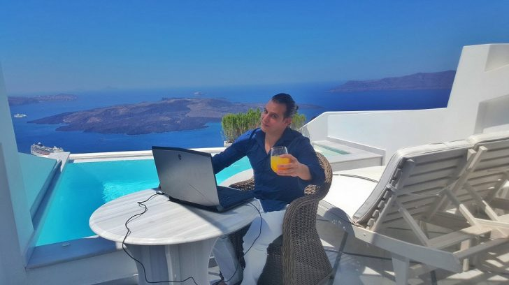 The mobile trading office in Santorini